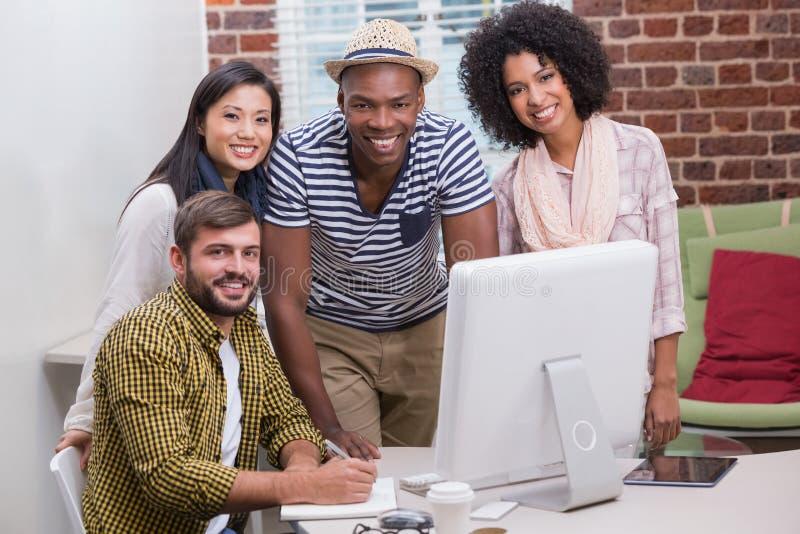 Creatieve bedrijfsmensen die computer met behulp van royalty-vrije stock afbeeldingen