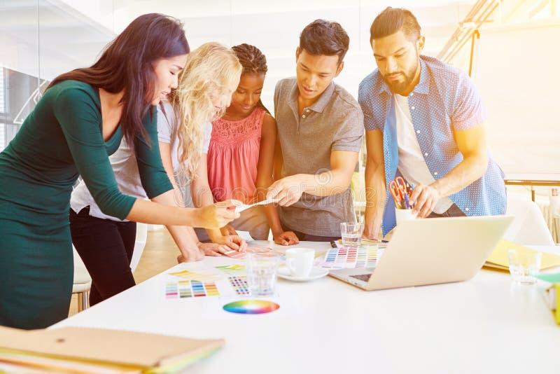 Creatieve bedrijfsworkshop met startteam stock fotografie
