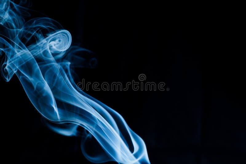 Creatieve blauwe rook op zwarte achtergrond royalty-vrije stock afbeeldingen