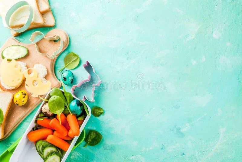 Creatieve de lunchdoos van het jonge geitjesontbijt voor Pasen stock afbeelding