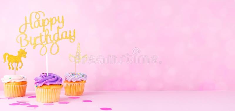Creatieve de vakantiekaart van de pastelkleurfantasie met cupcake, gelukkige birthda stock foto