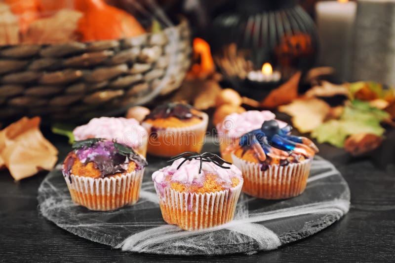 Creatieve die cupcakes op Halloween-partij op leiplaat wordt voorbereid stock foto's