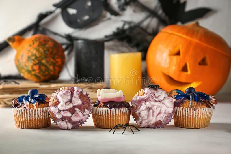 Creatieve die cupcakes op Halloween-partij op lichte lijst wordt voorbereid stock fotografie