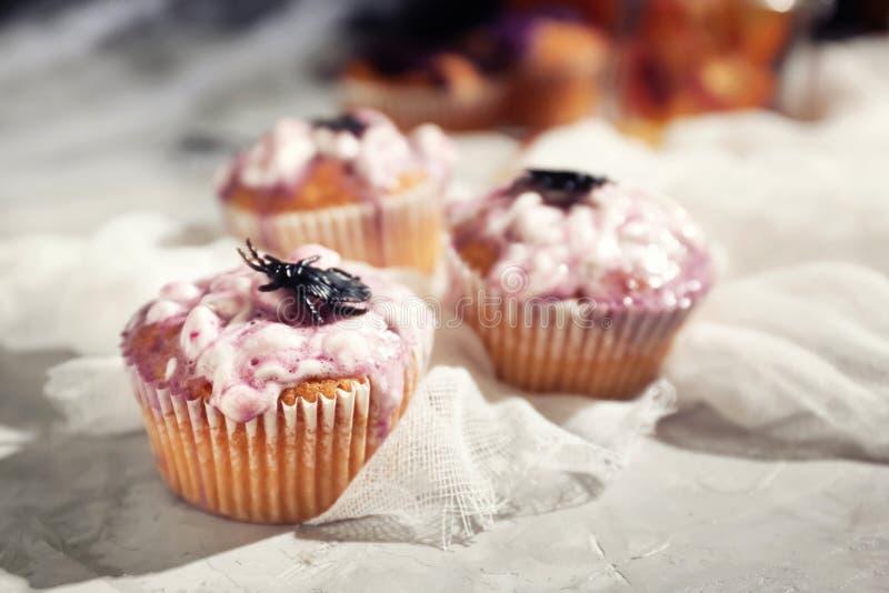 Creatieve die cupcakes op Halloween-partij op lijst wordt voorbereid stock fotografie