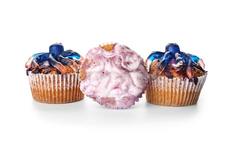Creatieve die cupcakes op Halloween-partij op witte achtergrond wordt voorbereid royalty-vrije stock fotografie