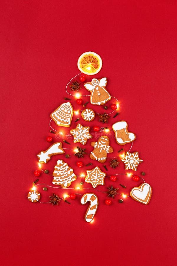 Creatieve die Kerstboom van peperkoekkoekjes en slinger wordt gemaakt stock foto