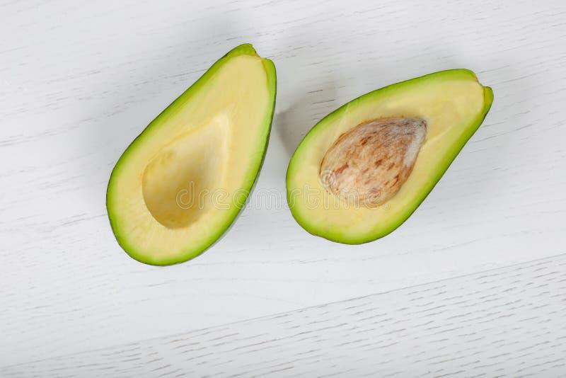 Creatieve die lay-out van avocado wordt gemaakt Vlak leg Het concept van het voedsel Avocado op witte achtergrond stock afbeelding