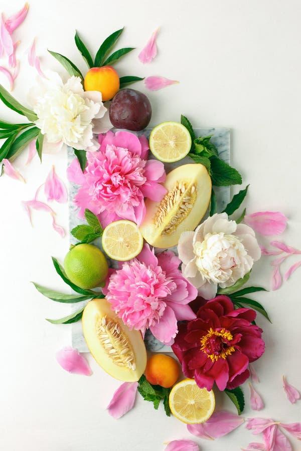 Creatieve die lay-out van diverse citrusvruchten, installaties, bladeren en bloemendecoratie wordt gemaakt Kleurrijk de Zomervoed royalty-vrije stock foto