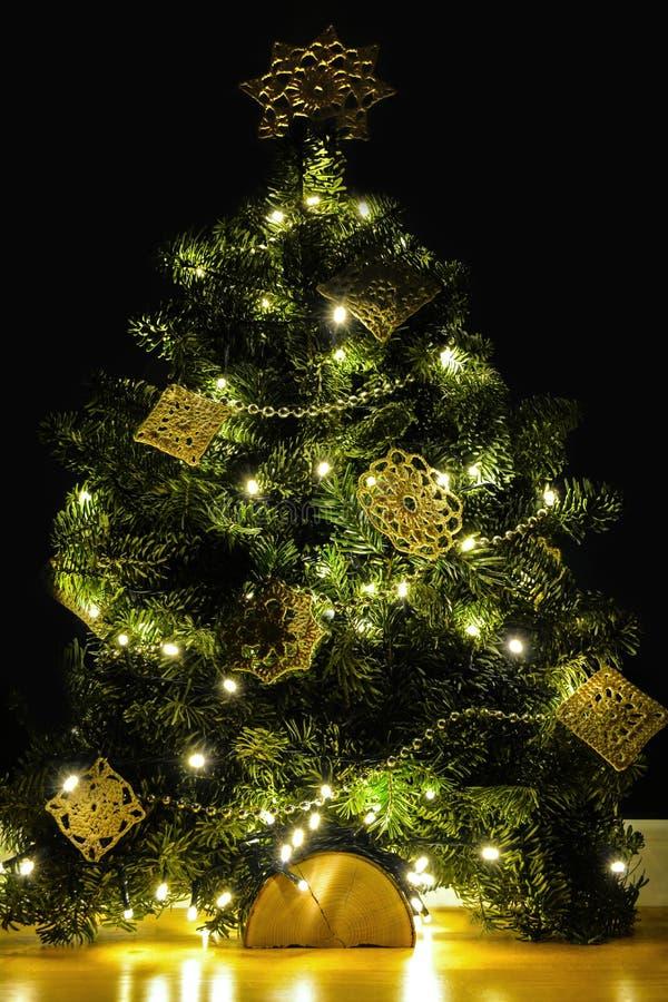 Creatieve DIY handicrafted Kerstboomdecoratie op zwarte achtergrond royalty-vrije stock afbeelding