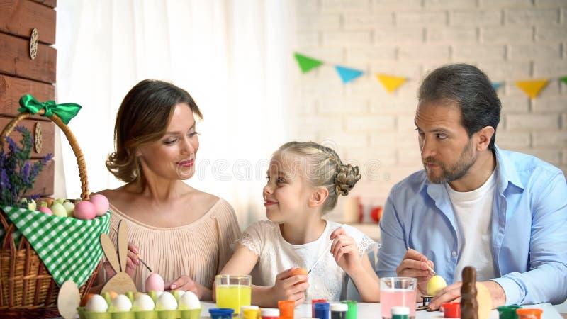 Creatieve familie die eieren voor Pasen, perfecte tijd, tradities en waarden verfraaien royalty-vrije stock foto