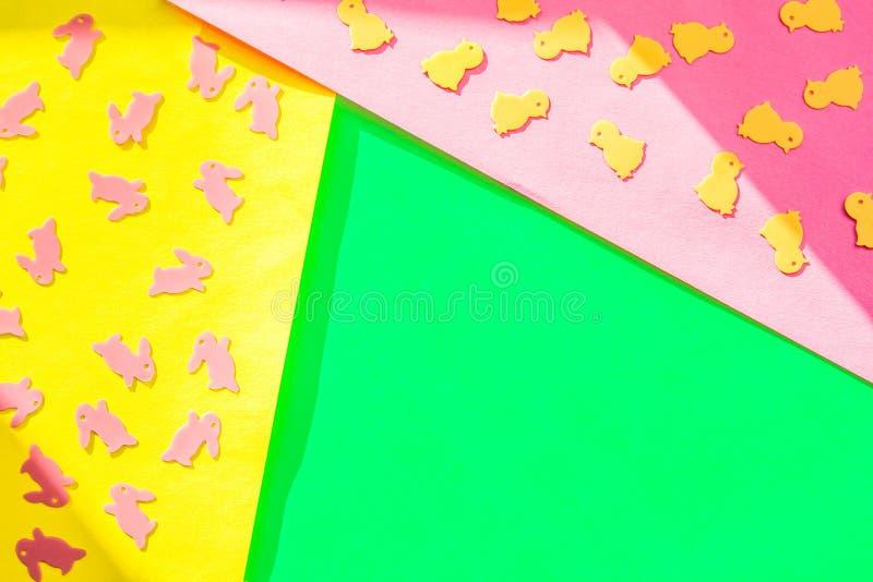 Creatieve Gelukkige Pasen - de konijnen, konijntjes, kippen op document kleurrijke moderne geometrische vlakke achtergrond, legge royalty-vrije stock foto