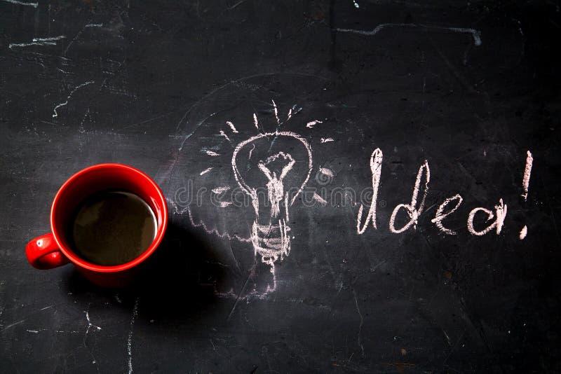 Creatieve, heldere idee en innovatie of inspiratieconcept Bedrijfsoplossing Kop van koffie en inschrijving stock foto