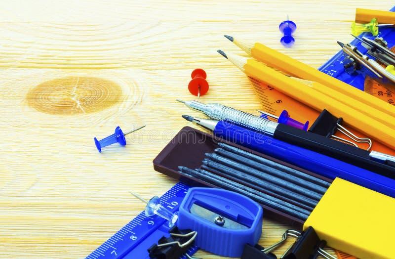 Creatieve hulpmiddelen in het bureau stock foto