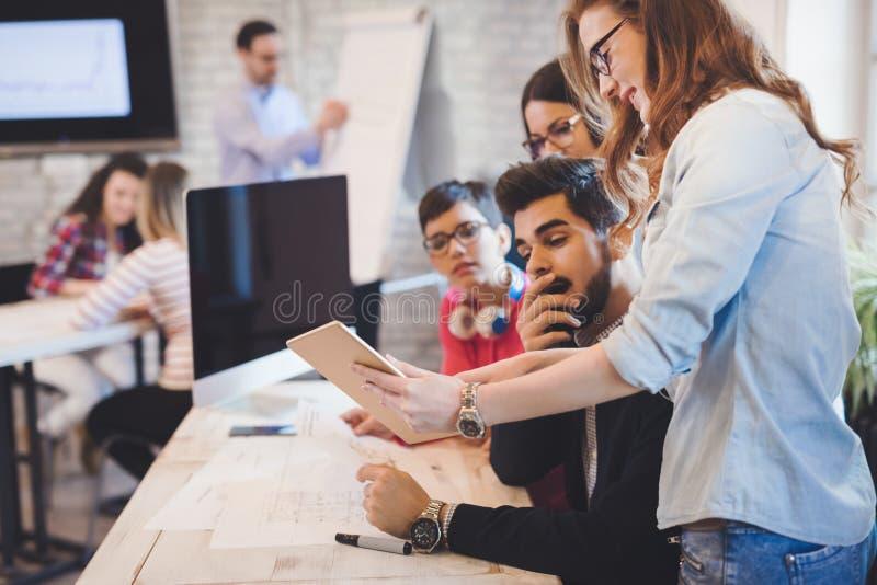 Creatieve jonge bedrijfsmensen en architecten die in bureau werken stock afbeeldingen