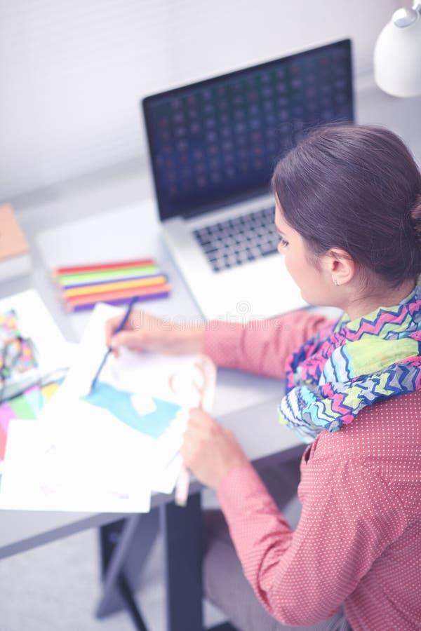 Creatieve jonge vrouw die in bureau met grafische tablet werken stock afbeeldingen