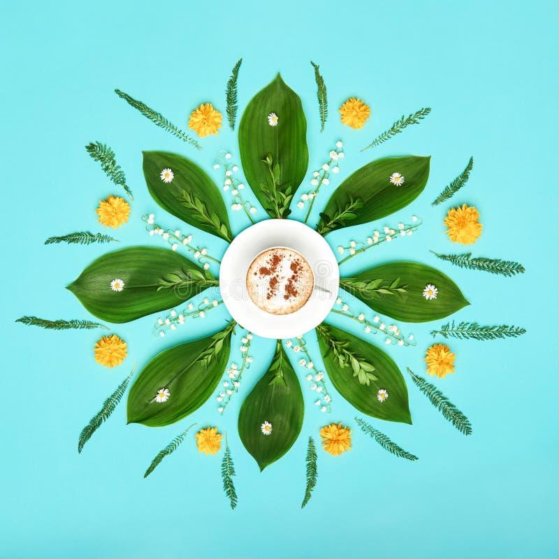 Creatieve kop van koffie met gekleurde de kunstachtergrond van bloemenmandala pastelkleur De bloemenopstelling van de goedemorgen royalty-vrije stock fotografie