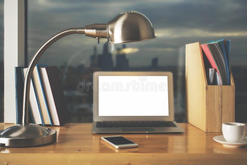 Creatieve lijst met lege witte laptop stock fotografie