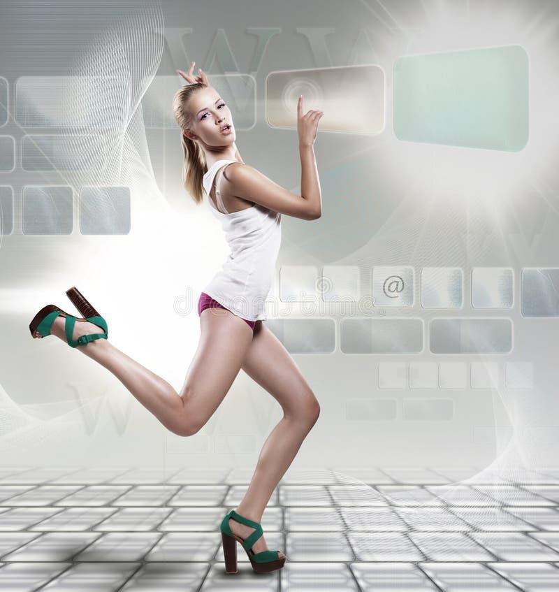 Creatieve maniervrouw die op laptop malplaatje loopt royalty-vrije stock afbeelding