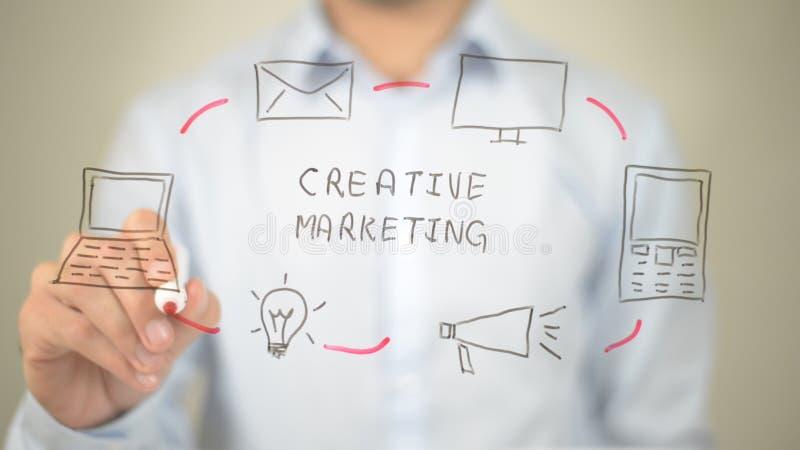Creatieve Marketing, Mens die op het transparante scherm schrijven stock fotografie