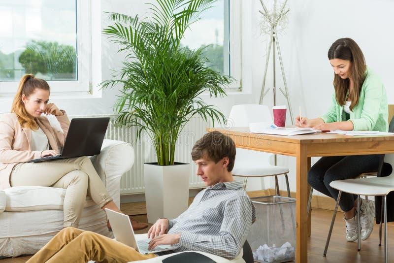 Creatieve mensen die thuis werken stock afbeeldingen