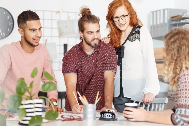 Creatieve mensen tijdens commerciële vergadering stock foto