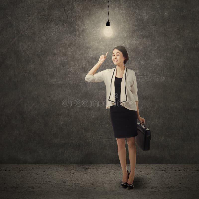 Creatieve onderneemster die lightbulb 1 richten royalty-vrije stock foto's