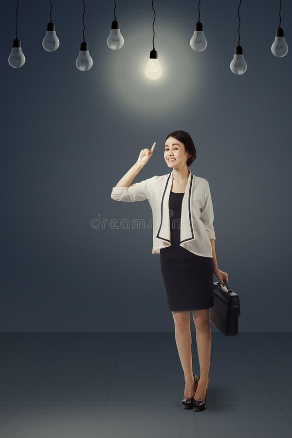 Creatieve onderneemster die lightbulb 2 richten royalty-vrije stock foto's