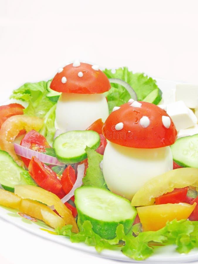 Creatieve plantaardige salade stock afbeelding