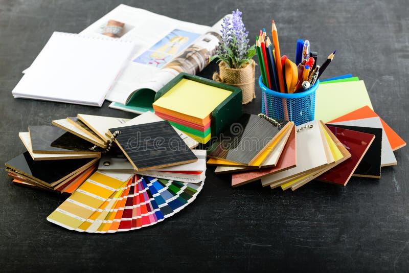 Creatieve professionele ontwerperwerkplaats in het bureau Potloden, stock foto