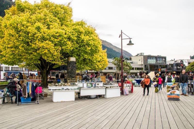 Creatieve Queenstown-Kunsten en Ambachtenmarkten wat bij de meervoorzijde bij Earnslaw-Park in Queenstown wordt gevestigd stock foto's