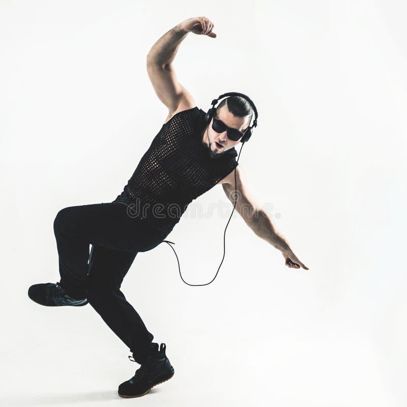 Creatieve rapper in de hoofdtelefoons en de donkere glazen voert een Ra uit royalty-vrije stock afbeelding