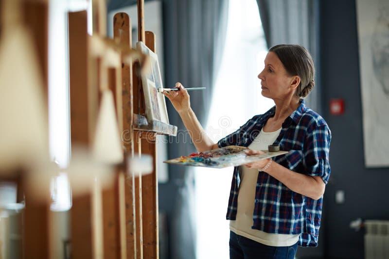 Creatieve Rijpe Vrouw die het Schilderen Klasse neemt royalty-vrije stock foto's