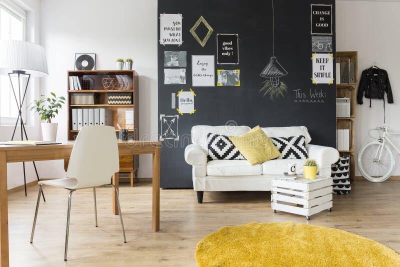 Creatieve ruimte met uitstekend meubilair stock foto's