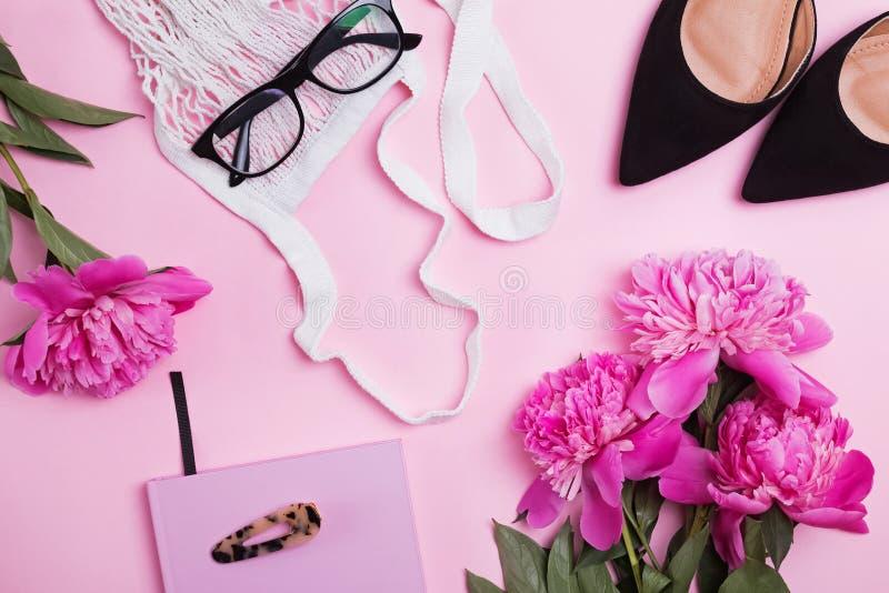 Creatieve samenstelling met de mooie roze pioenen van de vrouw de toebehoren en royalty-vrije stock afbeeldingen