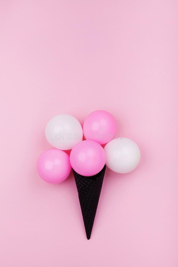 Creatieve samenstelling voor verjaardag met ballonsroomijs in wafelkegel op roze pastelkleur hoogste mening als achtergrond vlak  royalty-vrije stock afbeeldingen