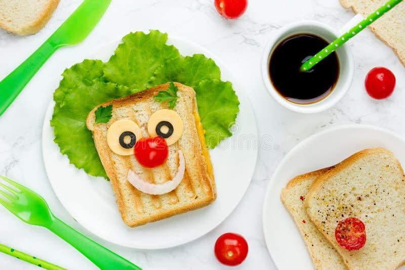 Creatieve sandwich voor jonge geitjes gezond en grappig ontbijt royalty-vrije stock afbeelding