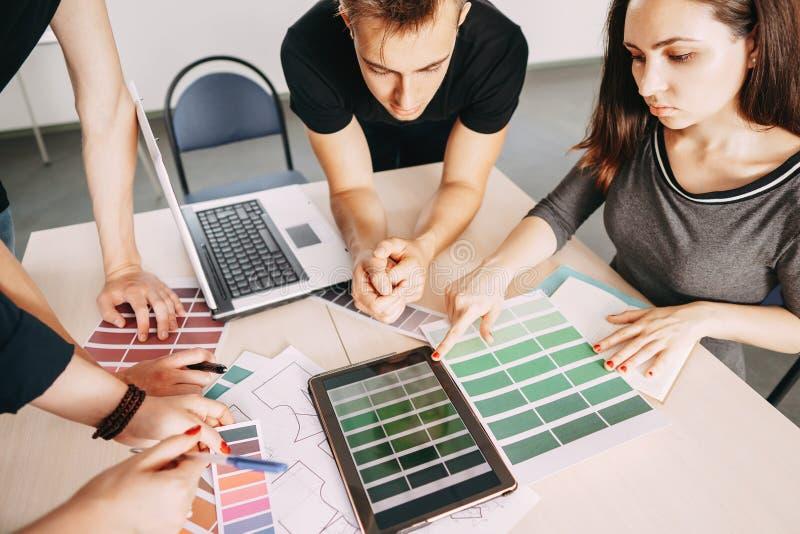 Creatieve specialisten die samen met kleurensteekproeven werken stock afbeelding