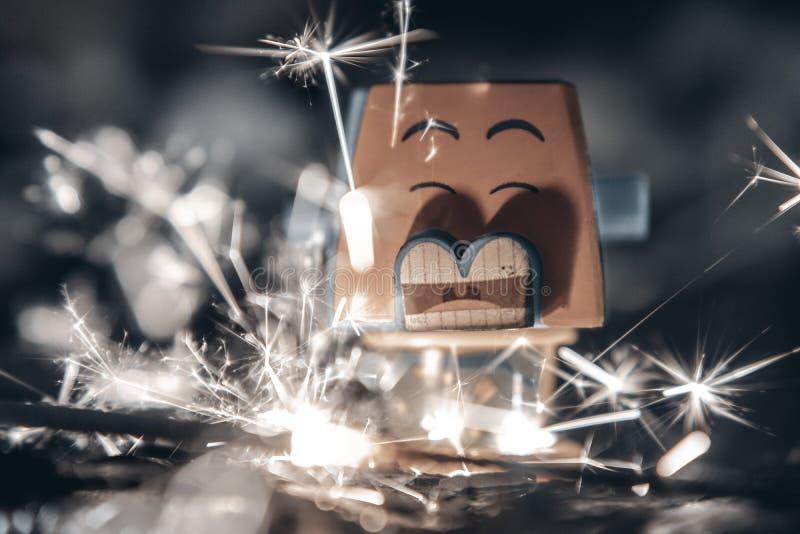 Creatieve speelgoedfotografie, echt vuur en brandend speelgoed stock afbeeldingen