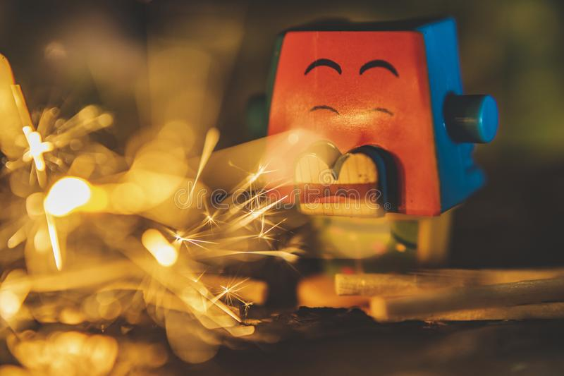 Creatieve speelgoedfotografie, echt vuur en brandend speelgoed stock foto's