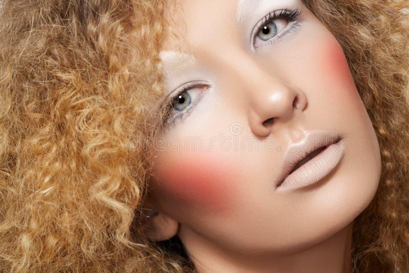 Creatieve stijl. Model met krullend haar, pretsamenstelling stock afbeeldingen