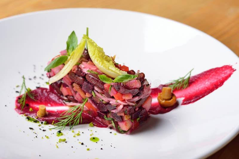 Creatieve stroomsalade, haute keuken, rode bieten, paddestoelen, dille royalty-vrije stock fotografie