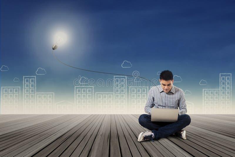 Creatieve student die laptop met behulp van royalty-vrije stock fotografie