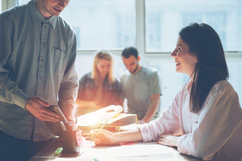 Creatieve teambrainstorming Het digitale plan onderzoeken Administratie op de lijst, laptop en de mobiele telefoon royalty-vrije stock foto's