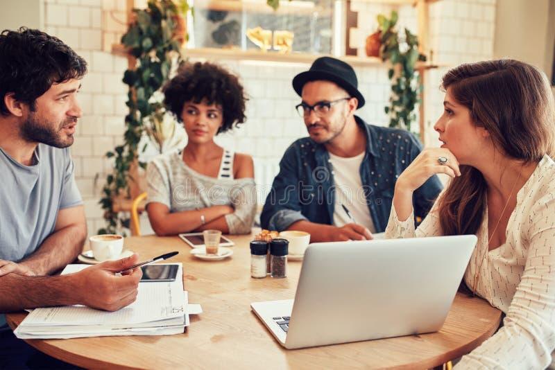 Creatieve teamvergadering in een koffiewinkel voor bedrijfsbespreking stock foto's