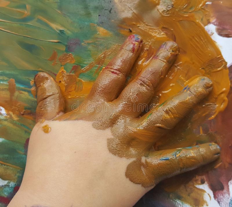 Creatieve verfkunst met weinig hand van een jong meisje stock afbeelding