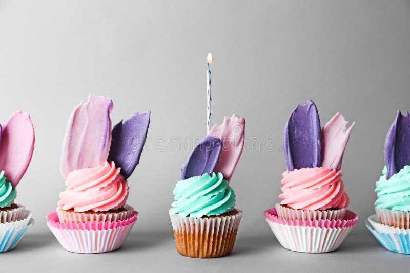 Creatieve verjaardag cupcakes met kaars op kleurenachtergrond royalty-vrije stock foto's