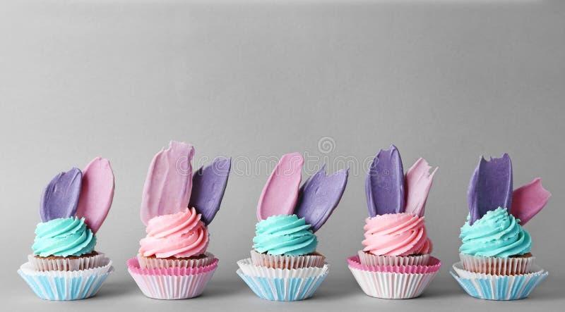 Creatieve verjaardag cupcakes op kleurenachtergrond royalty-vrije stock fotografie
