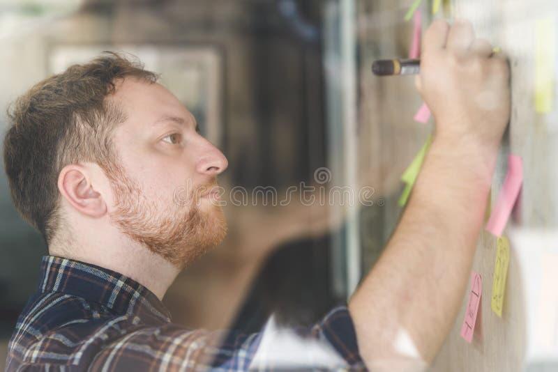 Creatieve zakenman het schrijven nota's op papier royalty-vrije stock afbeeldingen