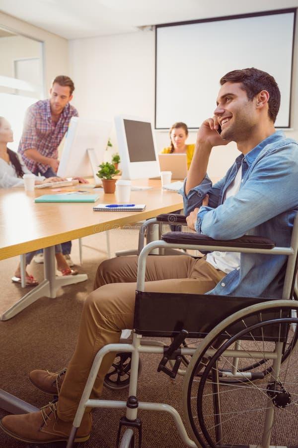 Creatieve zakenman in rolstoel op de telefoon royalty-vrije stock foto's