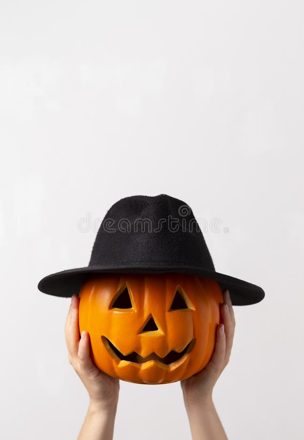 Creative halloween-pumpa i svart hatt som förbereder för fest royaltyfri fotografi